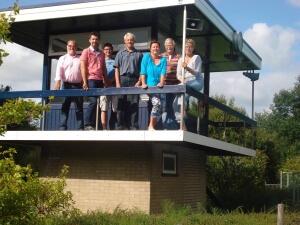Het eerste bestuur van de Stichting Zwembad De Groene Jager (2013). Van links naar rechts: Henk Jansen, Erik Bijlstra, Jeroen Bolks , Henk Kottier, Gea Prenger, Hans van Ronkel en Betsie Soepenberg.